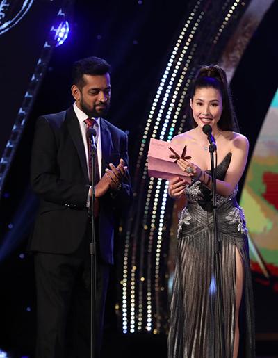 Diễm My 9x (phải) công bố giải Nam diễn viên xuất sắc. Giải thưởng thuộc về nam diễn viên Christian Bables của phim Tín hiệu trên đỉnh núi do Philippines sản xuất. Anh vắng mặt tại lễ trao giải.