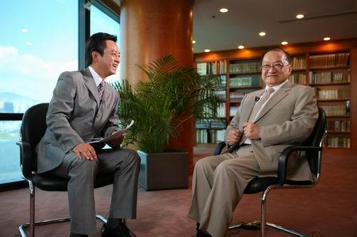 Nhà văn Kim Dung (bên phải) trả lời phỏng vấn đài CCTV năm 2007, tại phòng làm việc của mình.