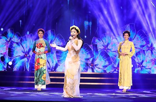 Dương Hoàng Yến hát Hà Nội 12 mùa hoa.