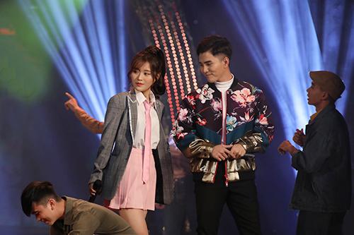 Ca sĩ Hàn Quốc Han Sara (trái) và Will hát Cô gái ngày hôm qua (nhạc phim Cô gái đến từ hôm qua) và Rực rỡ tháng năm (nhạc phim Tháng năm rực rỡ).