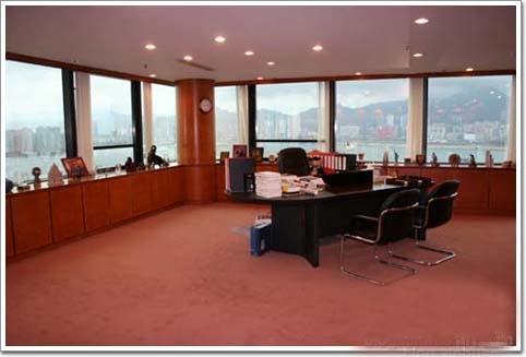 Văn phòng nằm ở tầng 25 một tòa nhà. Trước khi vào phòng, khách đi qua cửa lớn treo câu đối của Kim Dung là Phi tuyết liên thiên xạ bạch lộc - Tiếu thư thần hiệp ỷ bích uyên (câu đối được ghép từ chữ cái đầu tiên trong các tác phẩm của nhà văn).