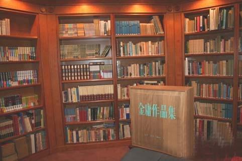 Tác phẩm của Kim Dung được đặt trong một hộp gỗ.