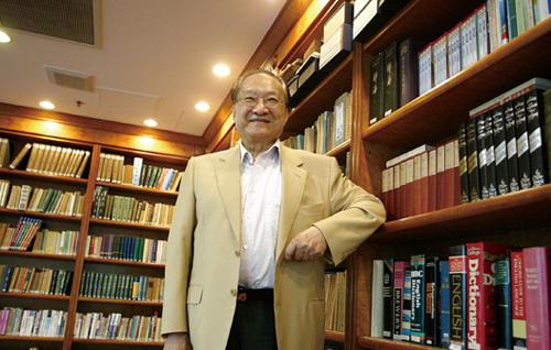 Tiểu thuyết kiếm hiệp của Kim Dung có sức hấp dẫn đặc biệt với người hâm mộ, dù ông gác bút đã lâu. Mới đây, nhà văn được xếp thứ 27 trong danh sách 50 tác giả thu được tiền tác quyền nhiều nhất năm 2014. Tác phẩm bán chạy trong năm qua của ông là Thần điêu đại hiệp.Trong dịp này, Xinhua đăng bài báo so sánh phòng sách của Kim Dung và hai nhà văn trẻ có tên trong danh sách là Hàn Hàn và Quách Kính Minh. Thư phòng của Kim Dung gây ấn tượng bởi sự khoáng đạt, được nhận xét là giống với phong cách tiểu thuyết của ông.Tiểu thuyết kiếm hiệp của Kim Dung có sức hấp dẫn đặc biệt với người hâm mộ, dù ông gác bút đã lâu. Mới đây, nhà văn được xếp thứ 27 trong danh sách 50 tác giả thu được tiền tác quyền nhiều nhất năm 2014. Tác phẩm bán chạy trong năm qua của ông là Thần điêu đại hiệp.Trong dịp này, Xinhua đăng bài báo so sánh phòng sách của Kim Dung và hai nhà văn trẻ có tên trong danh sách là Hàn Hàn và Quách Kính Minh. Thư phòng của Kim Dung gây ấn tượng bởi sự khoáng đạt, được nhận xét là giống với phong cách tiểu thuyết của ông.