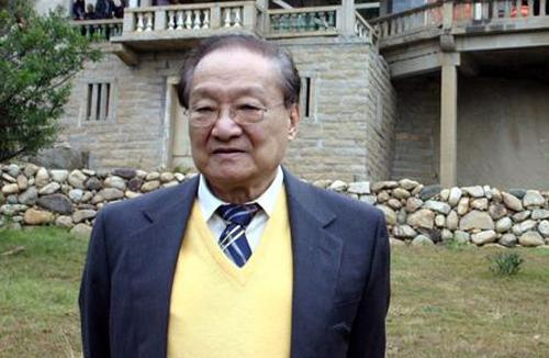 Tiểu thuyết gia Kim Dung.