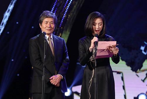 Ngô Thanh Vân (phải) công bố giải Đạo diễn phim dài xuất sắc.