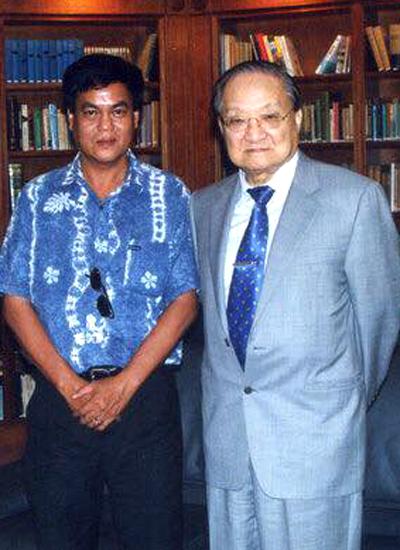 Nhà văn Nguyễn Đông Thức trong cuộc gặp gỡ với Kim Dung vào năm 2002 ở Hong Kong.
