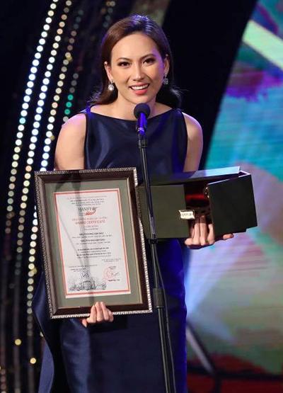 Phương Anh Đào nhận giải Nữ diễn viên chính xuất sắc với vai diễn trong phim Nhắm mắt thấy mùa hè.