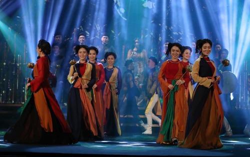 Các vũ công của vũ đoàn Sắc Màutái hiện hình ảnh các liền anh, liền chị của dân caquan họ Bắc Ninh.