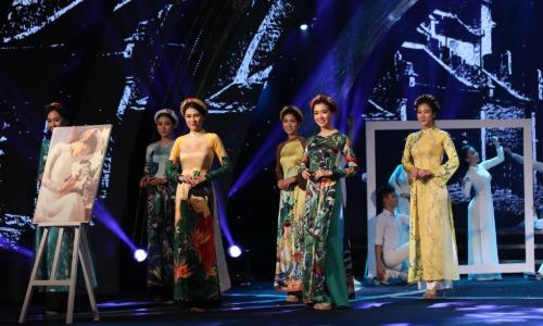 Các người đẹp từng tham gia cuộc thi Hoa hậu Việt Nam hỗ trợ ca sĩ trong tiết mục.
