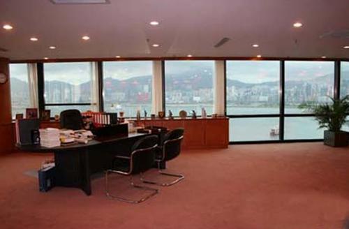 Nhìn ra cửa sổ là cảng Victoria nổi tiếng Hong Kong. Cửa kính sát sàn, làm không gian thêm khoáng đạt. Từ văn phòng có thể nhìn rõ khung cảnh sầm uất bên ngoài.