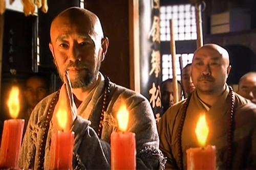 Nhà sư vô danh (trái) trong phim Thiên long bát bộ năm 2003.