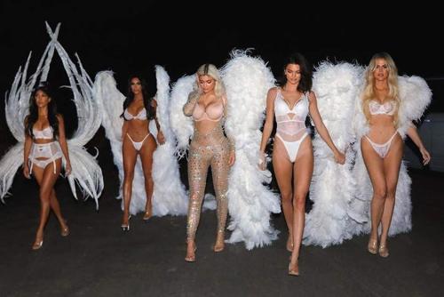 Trang phục của chị em Kardashian đêm Halloween.