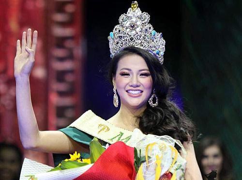 Phương Khánh là người đẹp đầu tiên của Việt Nam lên ngôi Hoa hậu Trái đất. Cô vượt qua 87 thí sinh để giành vương miện. Bên cạnh trang phục, phong cách trình diễn, cách trang điểm phù hợp cũng giúp Phương Khánh gây ấn tượng với ban giám khảo và khán giả suốt đêm thi.