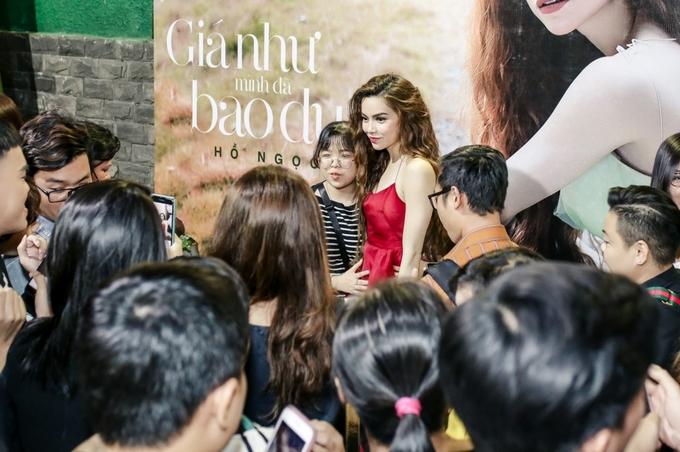 Kim Lý đứng một góc ngắm Hồ Ngọc Hà hát