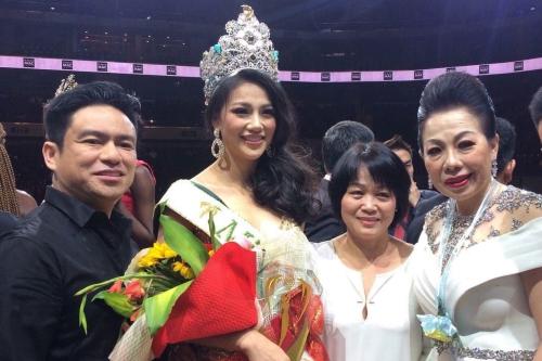 Nhà thiết kế Linh San (phải) chụp ảnh cùng Tân Hoa hậu.