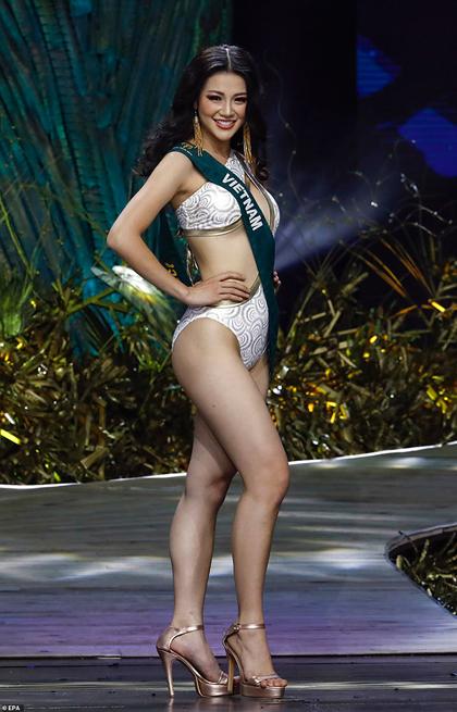 Phương Khánh trình diễn áo tắm tại chung kết.