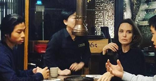 Pax Thiên (trái) và mẹ đi ăn.