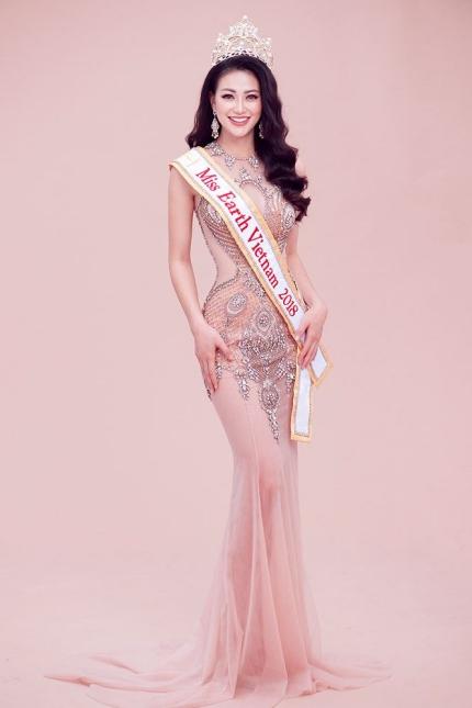 Trong quá trình dự thi Miss Earth, cô thường chọn những trang phục có thiết kế xuyên thấu, ôm sát giúp tôn đường cong.