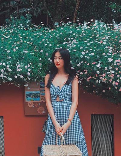 Phương Khánh theo đuổi mốt váy vintage thắt nơ trước ngực gây sốt trong năm nay.