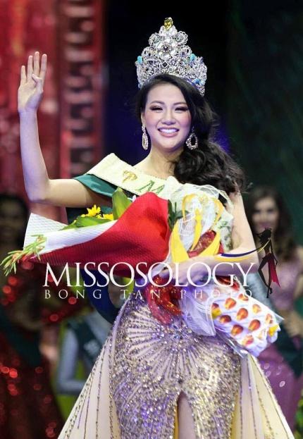 Phương Khanh diện váy của nhà thiết kế Việt lúc đăng quang.