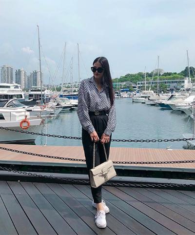 Trên trang cá nhân, Phương Khánh xây dựng phong cách mặc kín đáo. Cô thường xuất hiện với quần dài, áo sơ mi, áo phông, váy liền thân tối giản...