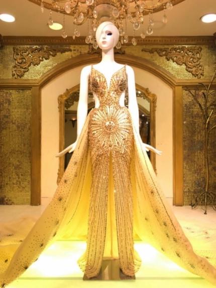 Bộ váy lấy cảm hứng từ vẻ rực rỡ của mặt trời.