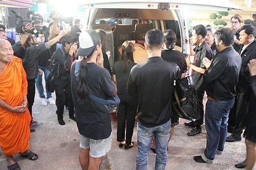 Theo tờ Thairath, sau hơn một tuần chờ đợi, di thể của Á hậu Hoàn vũ Thái Lan, Nursara Suknamai được chuyển từ Anh về nước chiều muộn ngày 3/11. Đông đảo bạn bè, người thân đón cô về chùa Adderet.