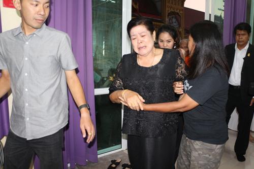 Mẹ Á hậu chờ đợi nhiều ngày để gặp lại con gái. Bà khóc liên tục và cần người dìu để vào nơi làm lễ tại chùa.