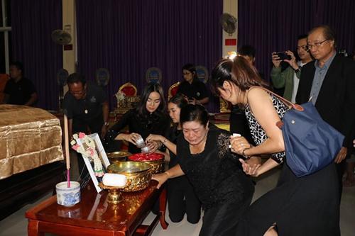 Khoảng 60 người thân, bạn bè của Nursara Suknamai có mặt trong buổi tiếp nhận di thể và tang lễ.