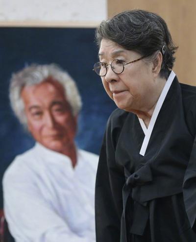 Vợ của Shin Sung-il - diễn viên Um Aing-ran - tại nhà tang lễ. Hai nghệ sĩ kết hôn năm 1964.