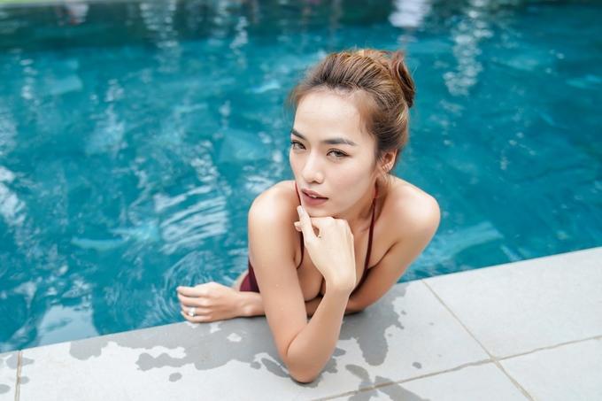 Dàn diễn viên 'Gái già lắm chiêu 2' mặc bikini bên hồ bơi