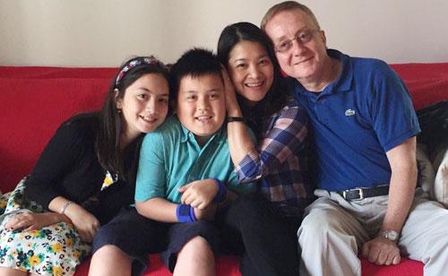 Kim Ngân bên chồng và hai con.