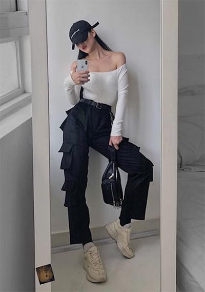 Tủ đồ của Phương Khánh đa số là trang phục đơn sắc, chủ yếu mang tông đen, trắng, xám. Cô sưu tập giày sneakers và những đôi cao gót đơn giản dễ dàng phối với nhiều kiểu váy áo.
