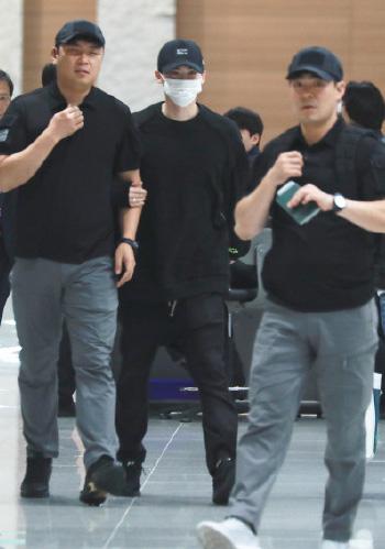 Lee Jong Suk (đeo khẩu trang) trở về Hàn Quốc.