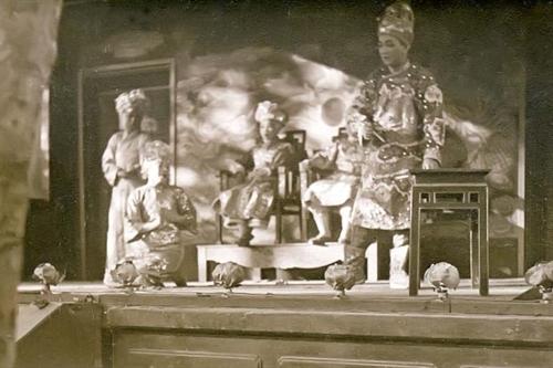 Vở Xử án Bàng Quý Phi do các nghệ sĩ Năm Phỉ, Bảy Nhiêu... biểu diễn tại Paris năm 1931 (Ảnh: bộ sưu tập của Clemens Radauer)