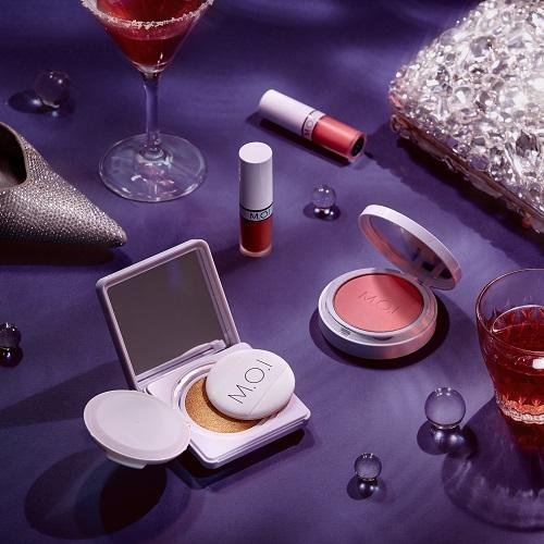 Bộ sản phẩm gồm phấn nước, phấn má hồng và son lỳ, đáp ứng những bước làm đẹp cơ bản.