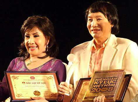 NSND Lệ Thủy và NSƯT Minh Vương được trao danh hiệu Đôi nghệ sĩ cải lương đóng chung lâu năm và ưng ý nhất năm 2008.