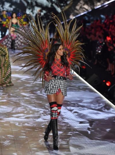 Thiên thần Lais Ribeiro - người diện Fantasy Bra năm ngoái.