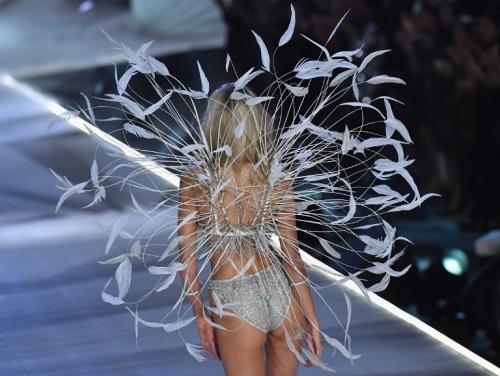 Đi kèm với bộ nội y đắt nhất show diễn là ôi cánh thiên thần bằng lông vũ được thiết kếăn ý với dáng áo đơn giản.