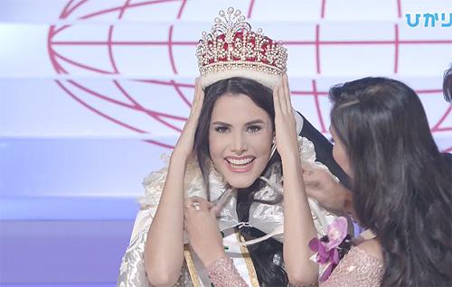 Mariem Velazco nhận vương miện từ Kevin Liliana.