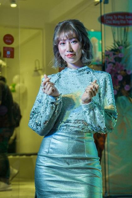 Trong sự kiện khai trương cửa hàng trà trái cây Presotea của Đài Loan hôm 7/11, Min diện thiết kế ánh kim, tôn phong cách trẻ trung, năng động. Nữ ca sĩ trình diễn nhiều tiết mục đặc sắc và liên tục bắn tim với fan.