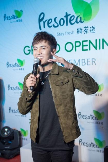 Ca sĩ Gin Tuấn Kiệt - chủ nhân của hit Thanh xuân là cả một đời mặc khỏe khoắn, nam tính. Anh liên tục vẫy tay, giao lưu với khán giảkhi biểu diễn trên sân khấu.