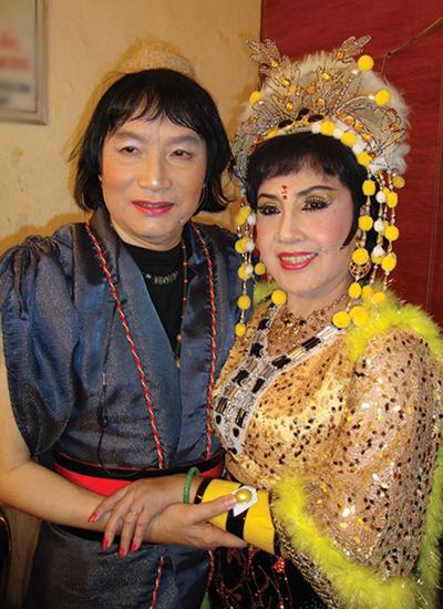 Minh Vương (trái) và Lệ Thủy trong hậu trường Sân khấu vàng - chương trình nỗ lực vực dậy cải lương một thời.