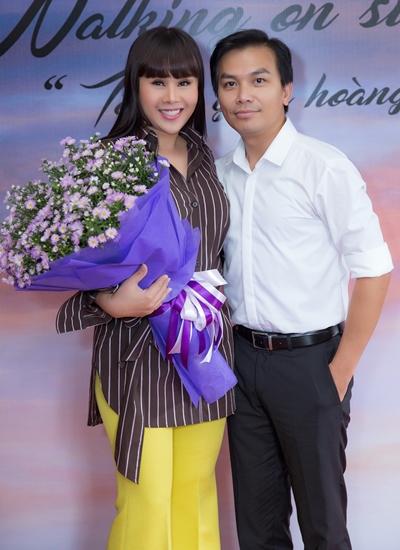 Nhà thiết kế Hằng Nguyễn bên ca sĩ Mạnh Quỳnh - đàn anh thân thiết của chị trong sự kiện chiều 8/11.
