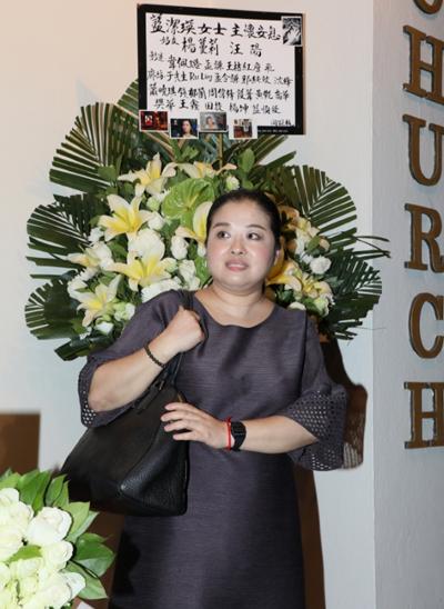 Ca sĩ Dương Mạn Lợi - người thân thiết Lam Khiết Anh quãng thời gian cuối đời - tới cầu nguyện cho diễn viên.