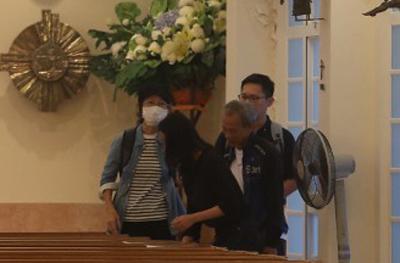 Chị gái của Lam Khiết Anh (đeo khẩu trang) đến nhà thờ từ sớm để sắp sếp công việc.