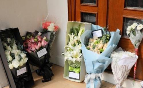 Fan đặt hoa ở nhà thờ, tưởng nhớ nữ diễn viên. Một số người còn đặt hoa ở căn hộ mà Lam Khiết Anh sống cuối đời.