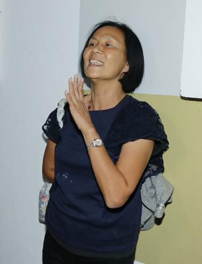 Một khán giả tới cầu nguyện cho nghệ sĩ quá cố. Bà cho biết không quen biết Lam Khiết Anh nhưng thương cảm cho cuộc đời cô.
