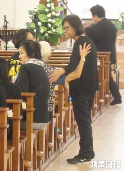 Bà Lôi - người thân thiết Lam Khiết Anh quãng thời gian cuối đời - tham dự buổi lễ. Trên Appledaily, bà từng kể Khiết Anh sống ngăn nắp, thích đọc sách, giỏi tiếng Anh. Bà không cảm thấy nữ diễn bất ổn tinh thần.