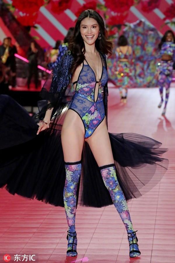 Bốn chân dài Trung Quốc diễn show Victoria